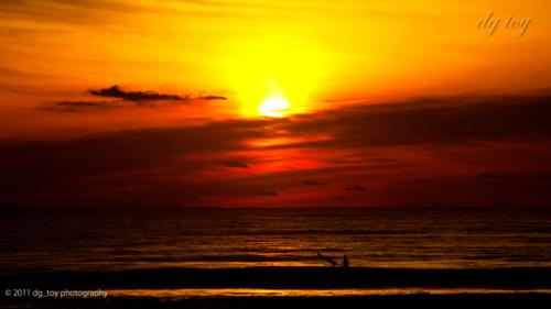浜辺の朝焼け