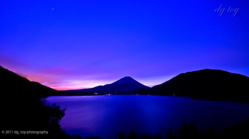 明ける本栖湖と富士