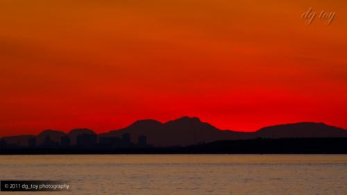 夕焼けの東京湾を眺める