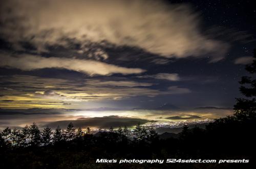 雲海にそびえる富士山[甘利山]