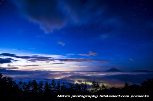 雲海にそびえる富士山