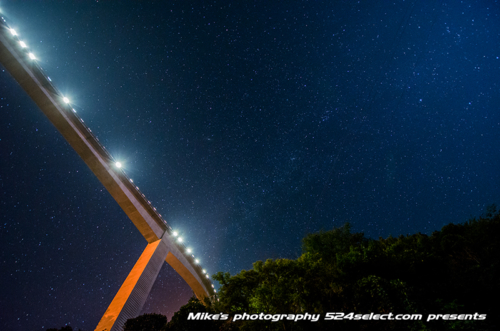 夜空に架かる橋 秩父のループ橋[雷電廿六木橋]