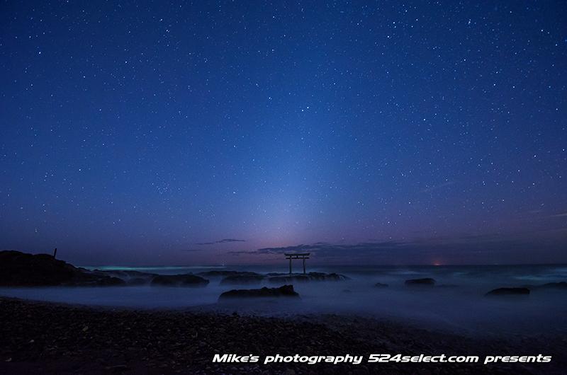 薄明の神磯の鳥居[大洗磯前神社]パワースポット朝の流れ星!海からの日の出を待つ水平線の風景