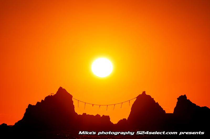 三ツ石から昇る朝日
