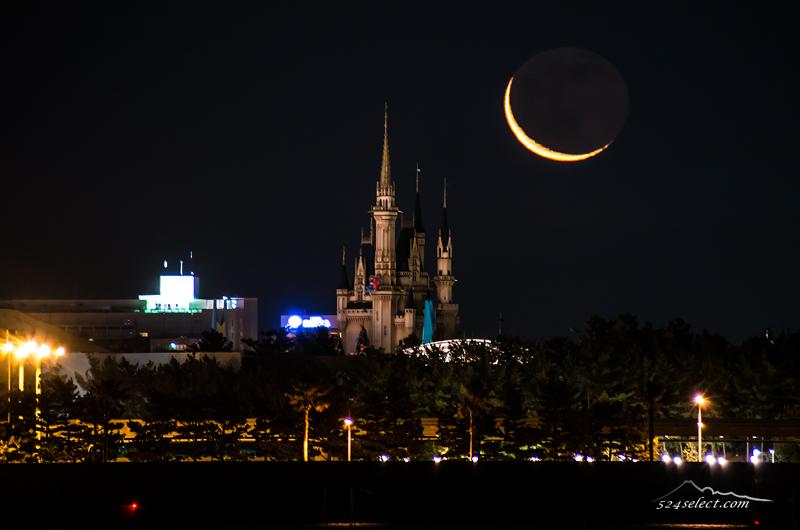 シンデレラ城からの月の出〜ロマンチックで幻想的な城と月の共演!シンデレラ城と月のコラボ撮影
