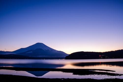 夕薄明の山中湖に映る富士山[Mt.Fuji Yamanaka lakeside Sunset]