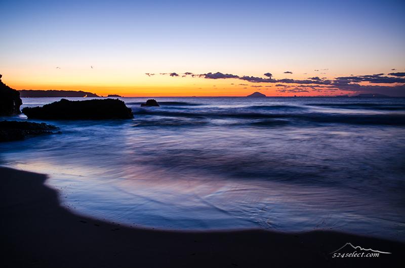 伊豆下田 大浜の朝焼け〜水平線のオレンジが美しい伊豆の海!波の表情と朝焼けが美しい風景