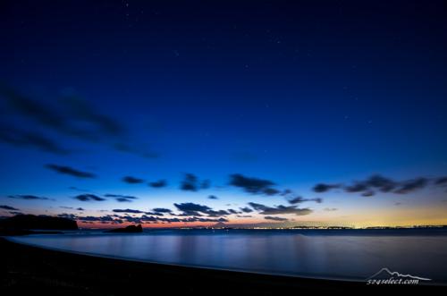 星の瞬く千葉県勝山の夜景