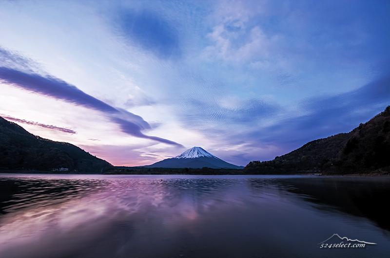 早朝の精進湖と富士山〜流れる雲とゆらぐ湖面と逆さ冨士!春の富士五湖巡りで富士山のある風景を