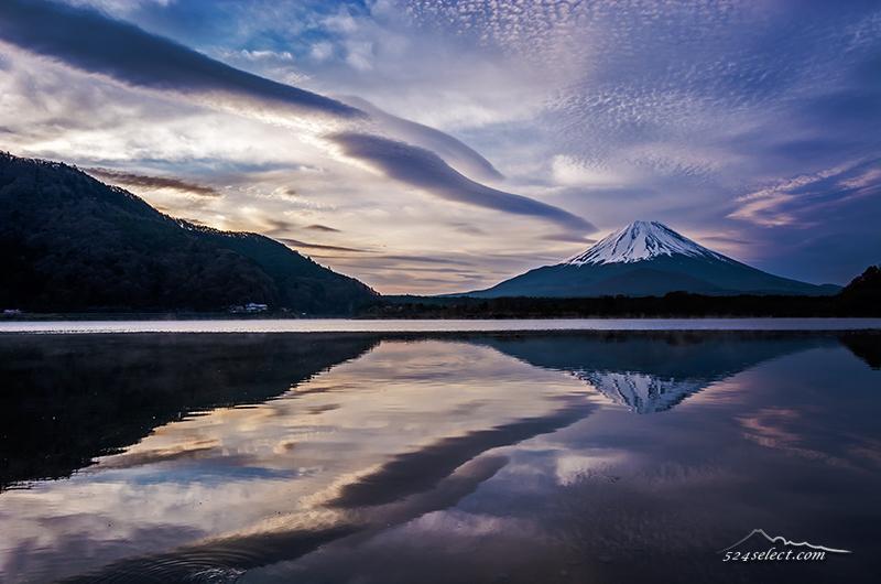 朝の精進湖の逆さ富士〜空と雲リフレクション撮影なら精進湖!雲の流れを捉える鏡面の風景