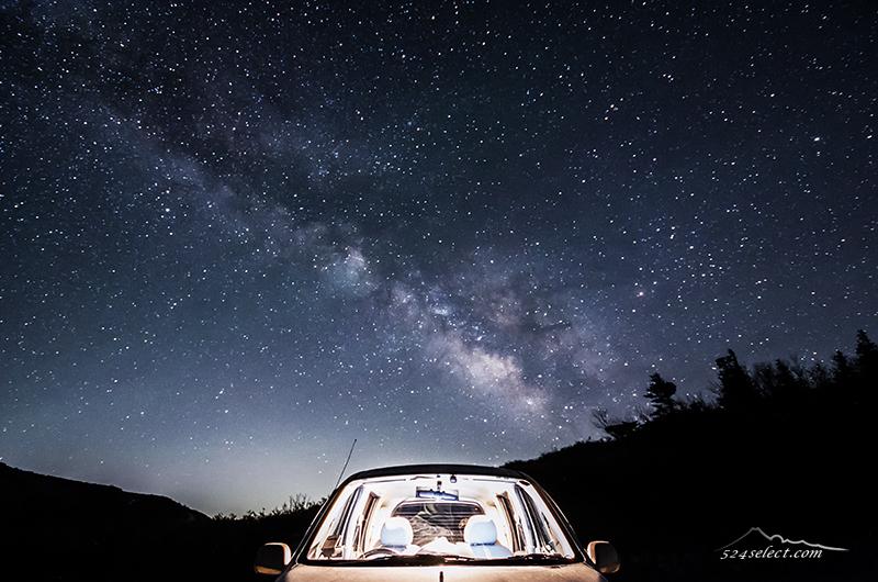 車と星空[車と天の川の撮影]