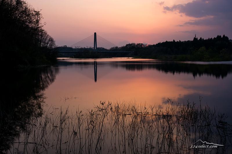 ダム湖に映る夕暮れの空〜福島の池で遭遇した夕日を撮影!春の水辺の風景は風も心地よく