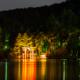 夜の箱根芦ノ湖と星空〜芦ノ湖に映り込む鳥居のライトアップ!富士山も見える星空撮影スポット