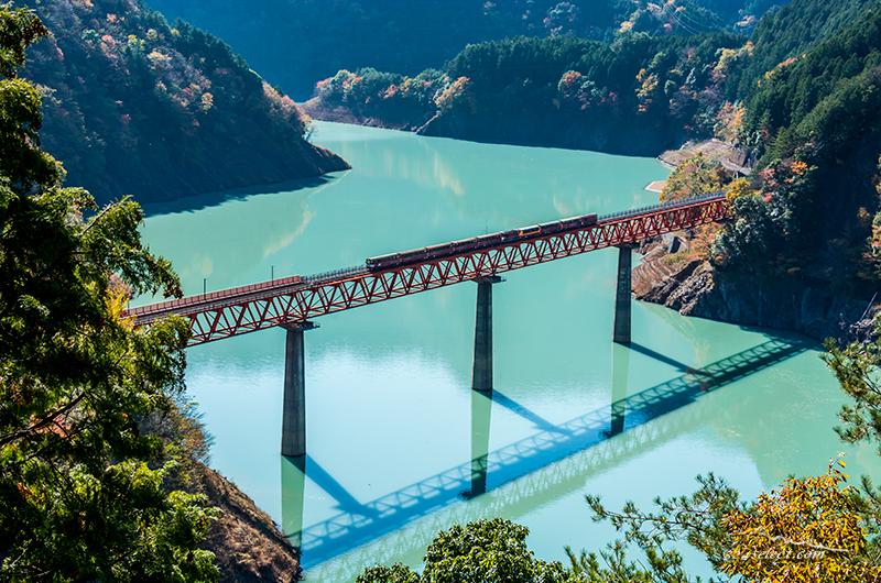 秋の大井川鉄道とレインボーブリッジ接岨湖(せっそこ)を撮影!エメラルドグリーンのダム湖