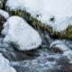 信州路の冬景色〜雪の小川で冬の自然を感じる風景写真を撮影!水の流れと雪の風景