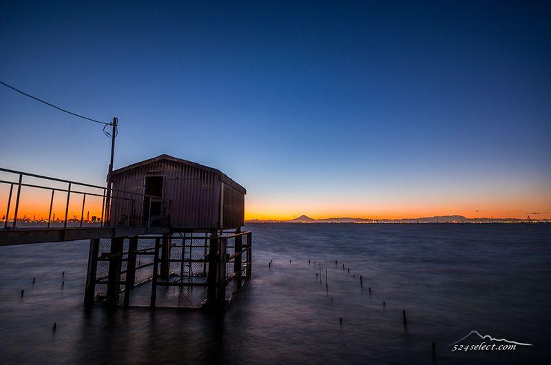 秋の夕焼けに染まる荒波の東京湾と富士山のシルエットを撮影!木更津の夕空と波の表情を撮る醍醐味