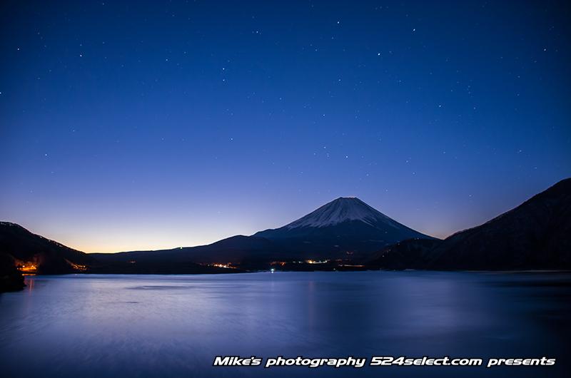 月夜の本栖湖と富士山〜本栖湖面が照らされる夜の富士山撮影!