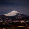 御殿場の街灯りと富士山[誓いの丘]
